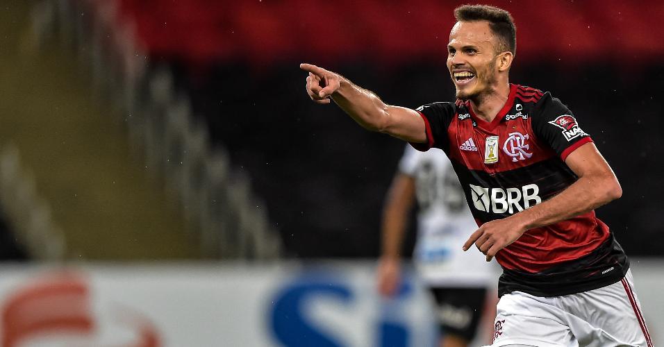 Renê comemora seu gol pelo Flamengo em jogo contra o Coritiba, no Brasileirão