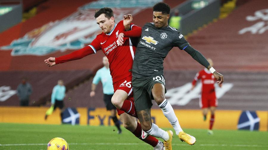 Robertson e Rashford disputam bola durante clássico entre Liverpool e Manchester United - REUTERS/Phil Noble