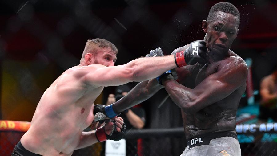 Jan Blachowicz (esq) em luta contra Israel Adesanya (dir) pelo UFC 259 - Chris Unger/Zuffa LLC