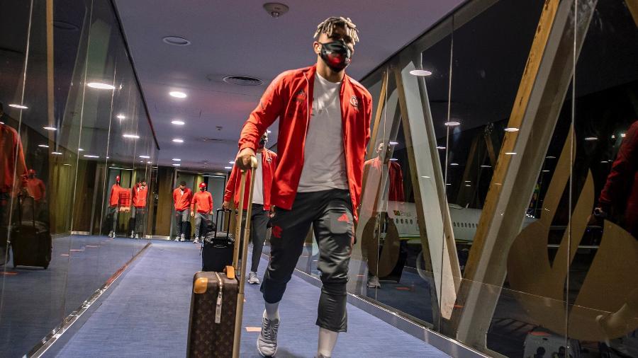 Gabigol durante desembarque do Flamengo no aeroporto de Buenos Aires - Marcelo Cortes/Flamengo