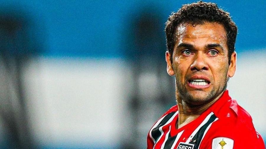 Daniel Alves será reavaliado pelo departamento médico do São Paulo após trauma na perna direita - Reprodução