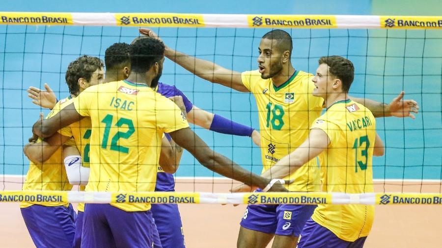 Jogadores da seleção brasileira de vôlei comemoram ponto contra a Argentina na final do Sul-Americano - Divulgação/CBV