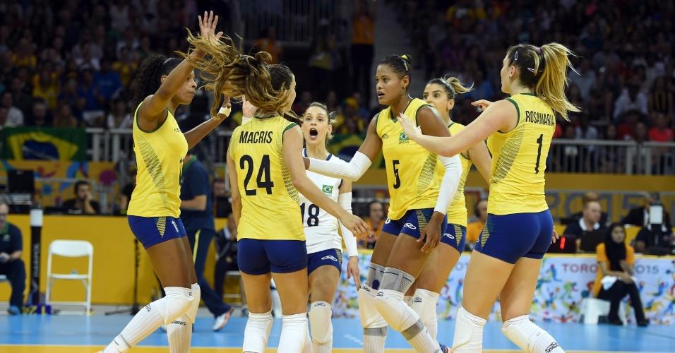 Jogadoras do Brasil vibram com ponto contra os EUA na final do vôlei