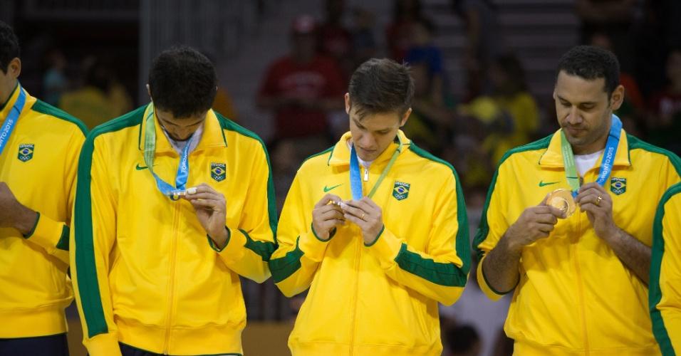 Brasileiros do vôlei masculino olham para a medalha de prata conquistada no Pan após derrota para a Argentina