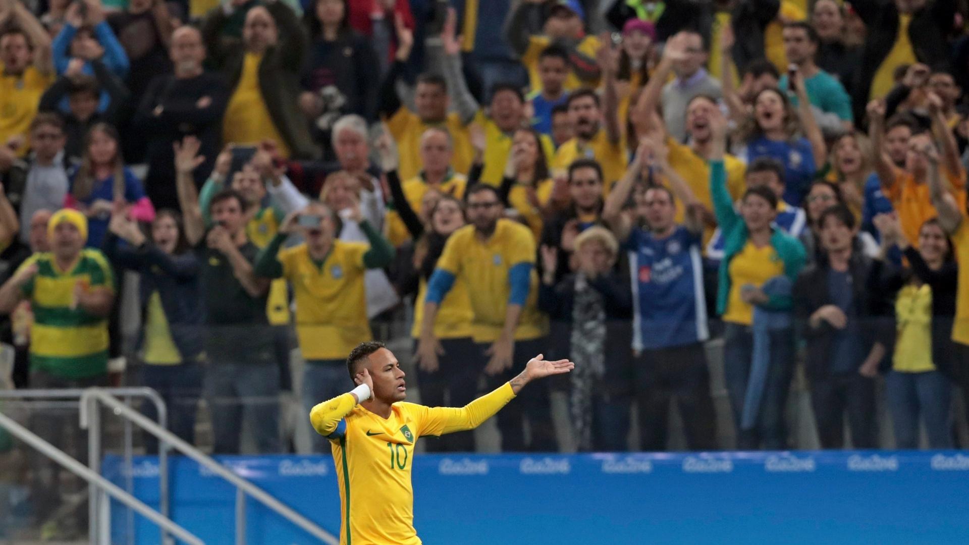 No primeiro tempo, Neymar comemora gol diante da Colômbia com a torcida