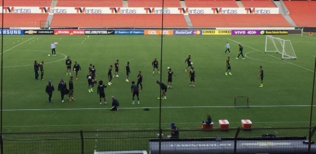 Jogadores da seleção aquecem em Quito: imprensa acompanha só 15 minutos do treino