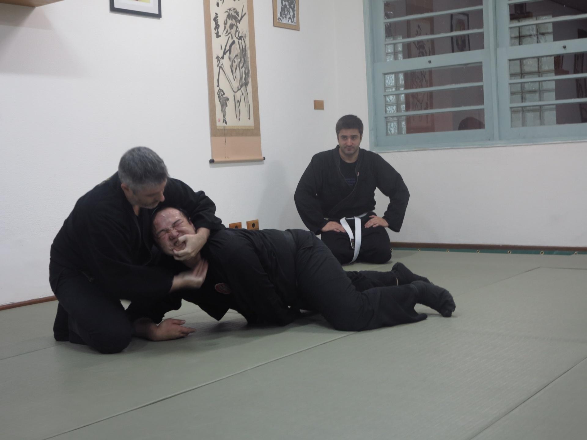 Sensei Fernando Cardoso ensina técnica ninja a um aluno faixa preta