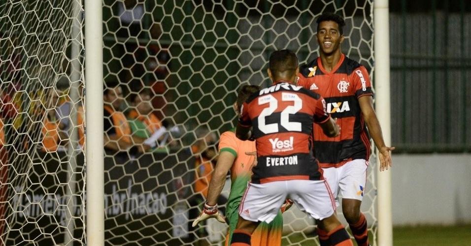 Gabriel comemora com Everton o gol da vitória do Flamengo sobre o América-MG