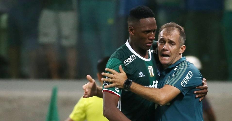 Mina comemora gol com o técnico Eduardo Baptista