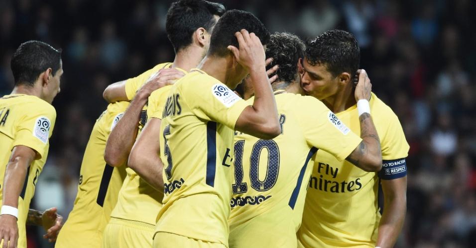 Neymar ganha um beijo de Thiago Silva após o gol contra o Guingamp