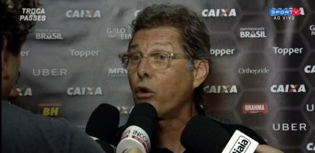 Silêncio e tarja preta: Federação de Treinadores faz ato em apoio a Oswaldo