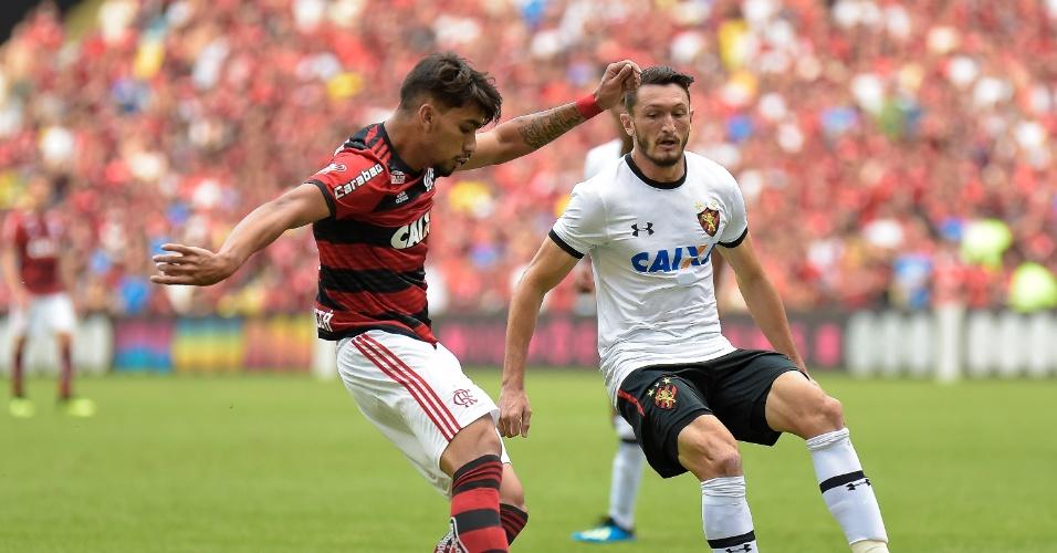Lucas Paquetá é marcado por Sander no jogo entre Flamengo e Sport