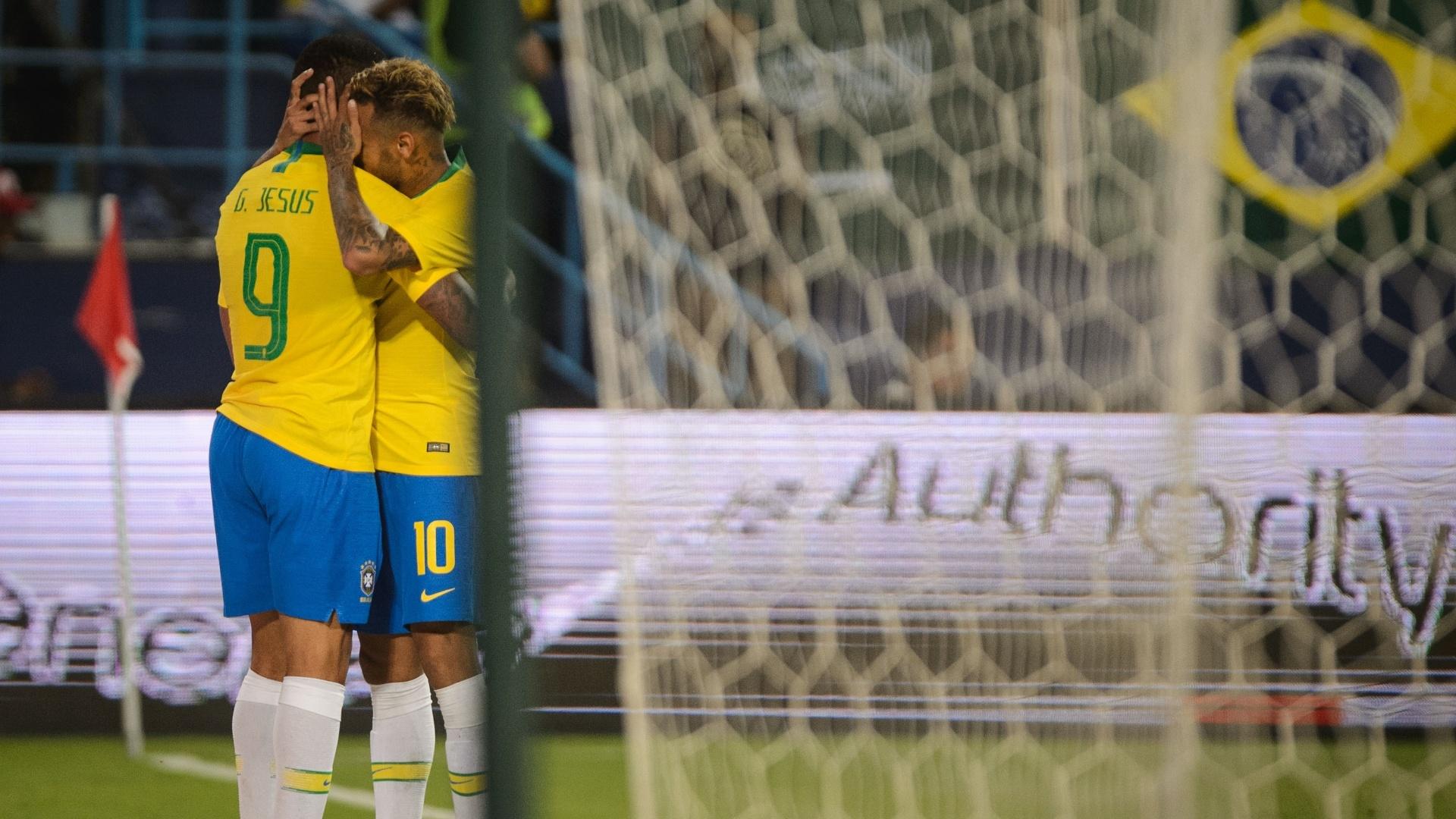 Gabriel Jesus e Neymar comemoram gol da seleção brasileira em amistoso