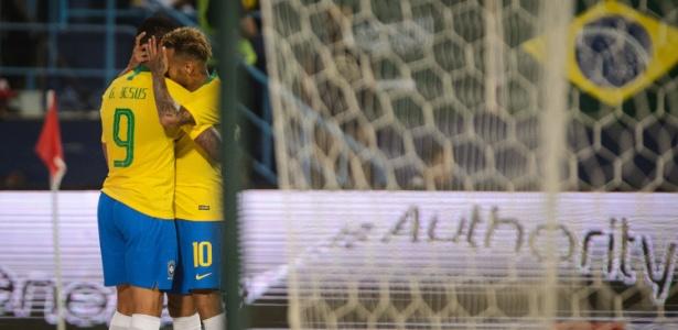 Gabriel Jesus comemora com Neymar depois de balançar as redes em Riad