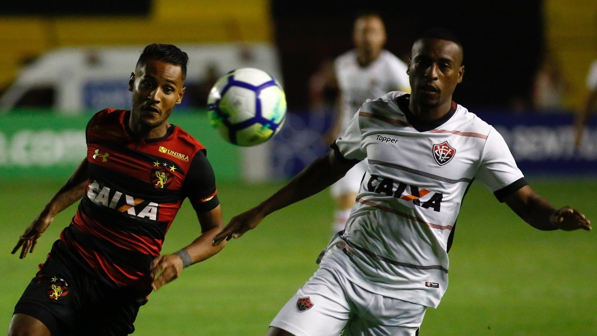 Jogadores de Sprt e Vitória disputam bola durante jogo pelo Campeonato Brasileiro