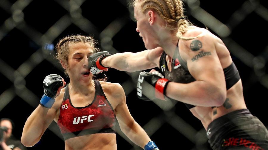 Valentina Shevchenko acerta soco em Joanna Jedrzejczyk no UFC 231 - Tom Szczerbowski-USA TODAY Sports