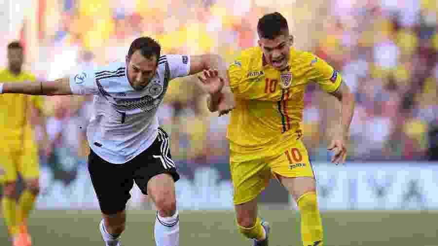 Ianis Hagi (à dir.) disputa bola com Levin Oztunali (à esq.) na Euro sub-21 - Alberto Lingria/REUTERS