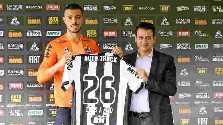 Franco Di Santo, atacante do Atlético-MG, ao lado do diretor de futebol Rui Costa - Bruno Cantini/Divulgação/Atlético-MG