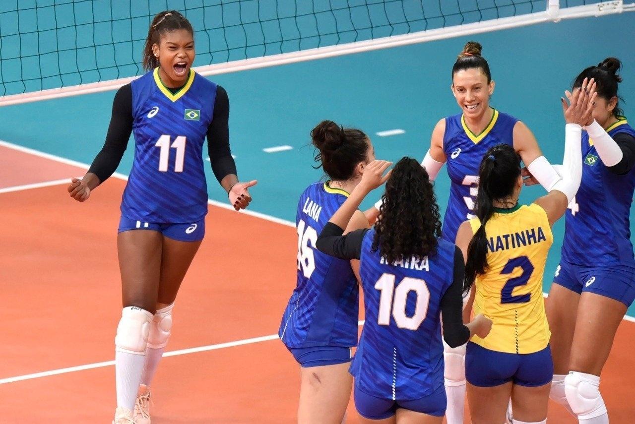 Brasileiras comemoram ponto na vitória sobre os Estados Unidos no vôlei feminino do Pan