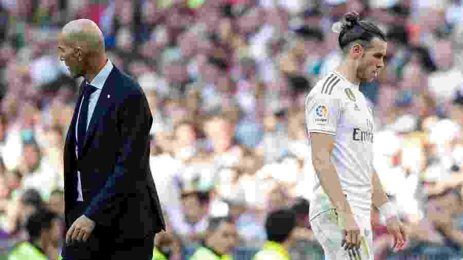 Gareth Bale passa pelo técnico Zinedine Zidane ao ser substituído em jogo do Real Madrid - David S. Bustamante/Soccrates/Getty Images