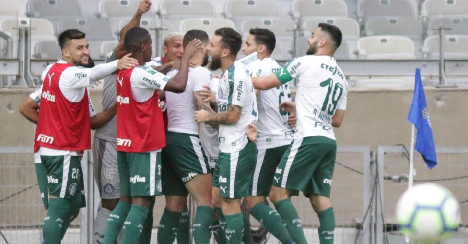 Jogadores do Palmeiras comemoram gol de Zé Rafael contra o Cruzeiro
