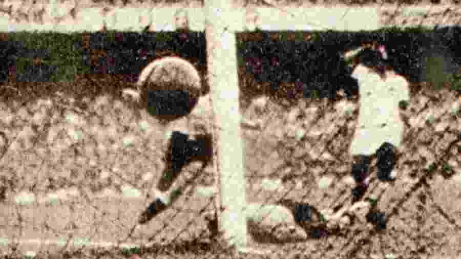 Com o goleiro Barbosa no chão, brasileiros observam o segundo gol uruguaio, marcado por Alcides Ghiggia - Reprodução