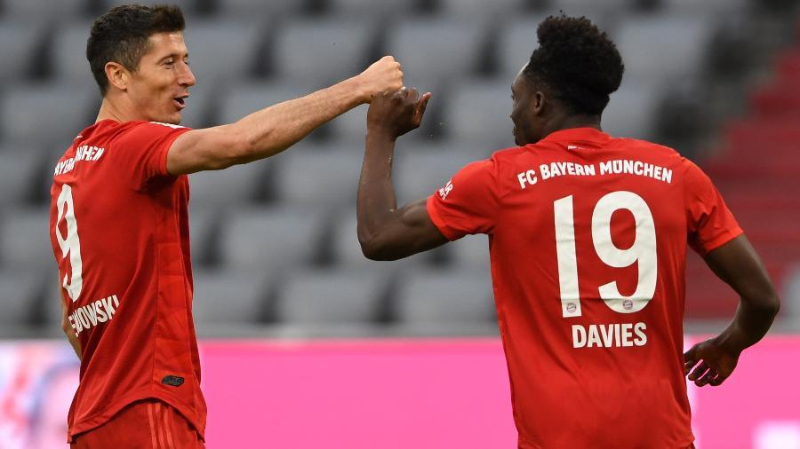 Lewandowski e Davies comemoram gol do Bayern de Munique na goleada sobre o Fortuna Dusseldorf - Christof Stache/Pool via Getty Images