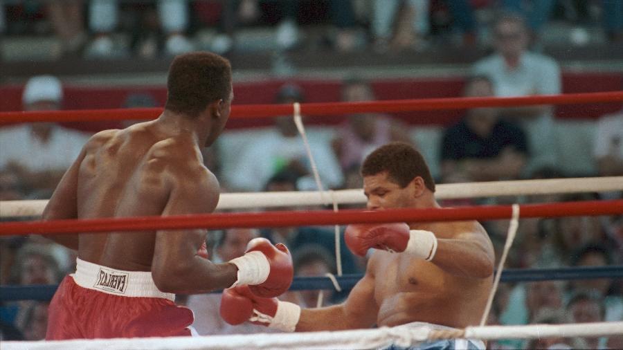 Evander Holyfield (e) nocauteia o brasileiro Adílson Maguila Rodrigues, em luta realizada no Caesars Palace, em Lake Tahoe, Nevada (EUA), em 1989 - Flávio Canalonga/Estadão Conteúdo