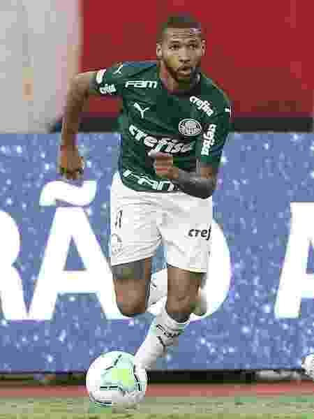 Wesley passa por adversário na partida entre Atlético-GO x Palmeiras - Cesar Greco