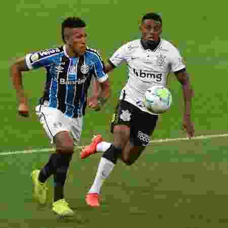Jonathan Cafú, do Corinthians, disputa bola com Cortez, do Grêmio, em jogo do Brasileirão - Bruno Ulivieri/AGIF