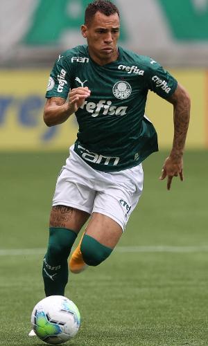 Breno Lopes, atacante do Palmeiras, carrega a bola na partida contra o Botafogo, pelo Brasileirão 2020