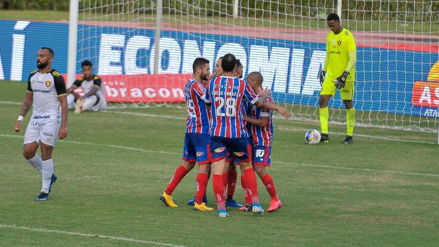Jogadores do Bahia comemoram gol marcado por Gabriel Novaes, contra o Sport, pela Copa do Nordeste  - Jhony Pinho/AGIF