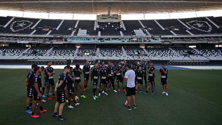 Técnico Marcelo Chamusca conversa com elenco do Botafogo em treinamento no Nilton Santos - Vitor Silva/Botafogo
