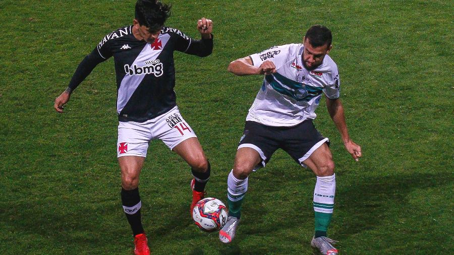 Germán Cano, do Vasco, divide a bola com zagueiro Luciano Castan, do Coritiba, em jogo pela Série B - Gabriel Machado/AGIF