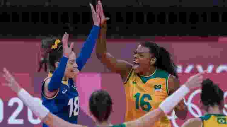 Jogadoras do Brasil comemoram ponto sobre o Comitê Olímpico Russo no vôlei feminino - Julio César Guimarães/COB - Julio César Guimarães/COB