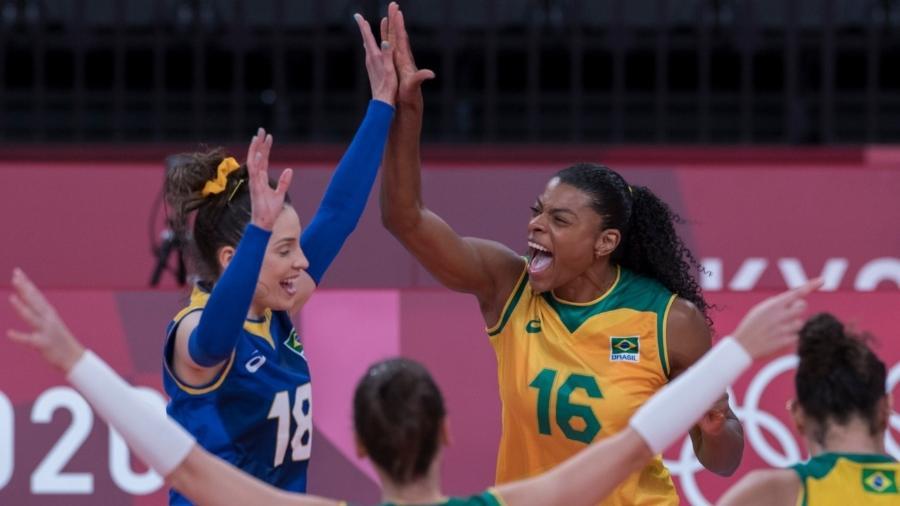 Jogadoras do Brasil comemoram ponto sobre o Comitê Olímpico Russo no vôlei feminino - Julio César Guimarães/COB