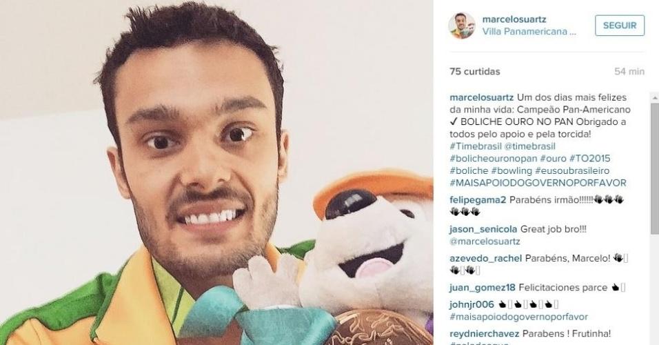 Marcelo Suartz exibe medalha de ouro conquistada no boliche