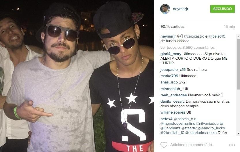 Neymar posa ao lado do ator Caio Castro em festa no Rio de Janeiro