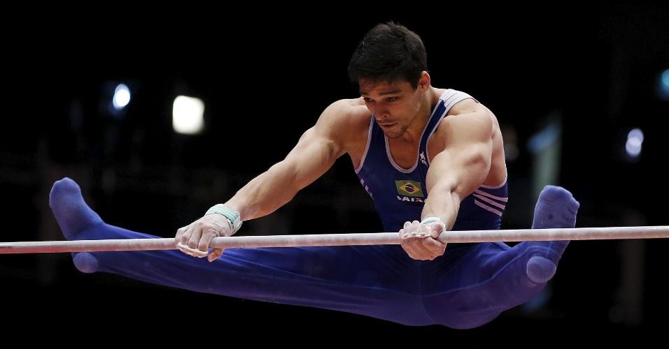 O brasileiro Francisco Barreto faz sua apresentação na barra fixa durante a final por equipe do Mundial de ginástica