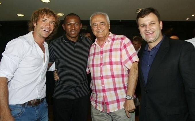 Lugano ao lado do ex-volante são-paulino Mineiro, autor do gol do título mundial de 2005, em almoço no Morumbi, no dia da despedida de Rogério Ceni