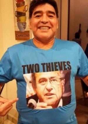 """Maradona sai em foto com """"homenagem"""" a Platini e Blatter - Reprodução/Twitter"""