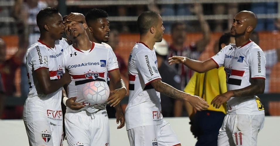 Rogério comemora o seu gol contra o Cesar Vallejo pela Libertadores