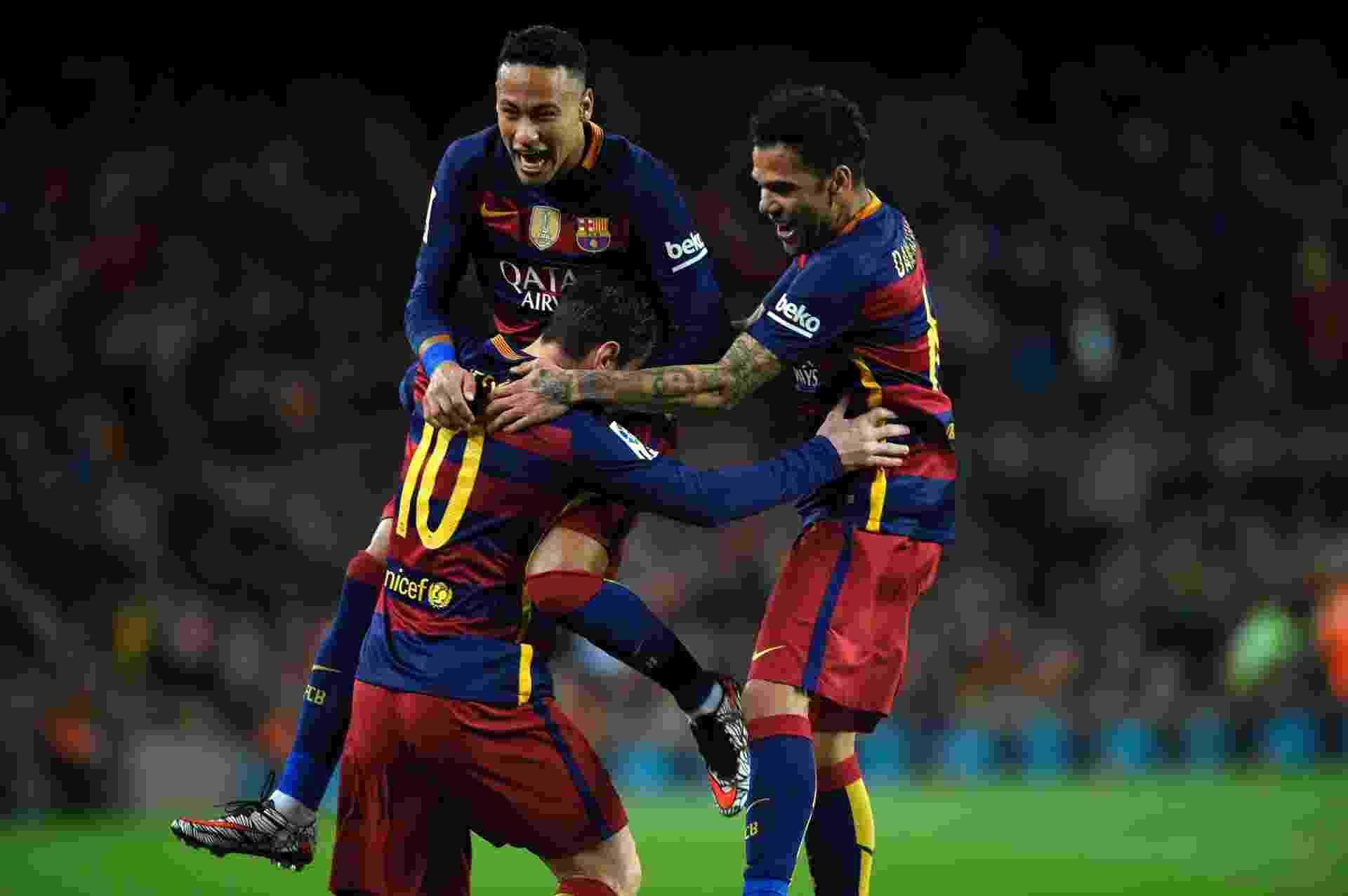Neymar e Dani Alves abraçam Messi após o argentino abrir o placar para o Barcelona contra o Celta de Vigo - AFP / LLUIS GENE