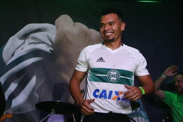 Evento de lançamento do uniforme do Coritiba teve o lateral Ceará como modelo