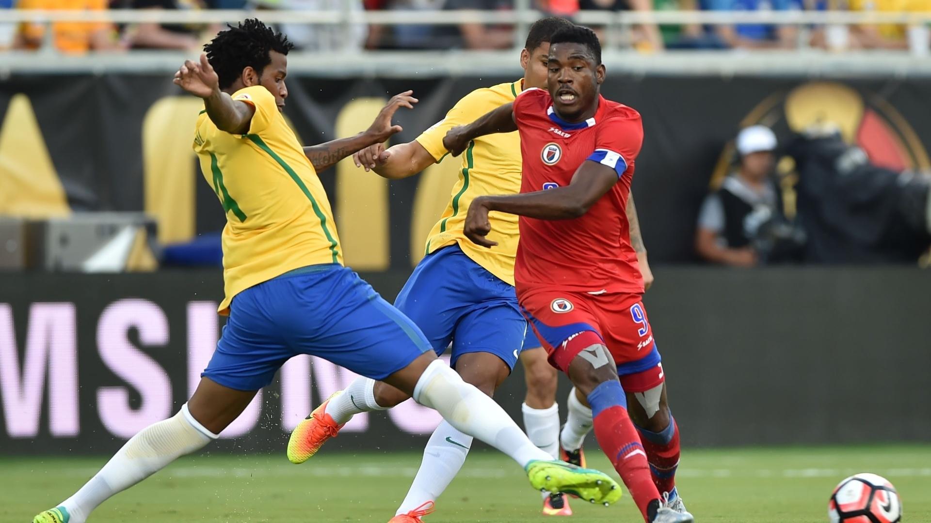 Gil tenta o desarme em Kervens Belfort no jogo Brasil x Haiti pela Copa América Centenário