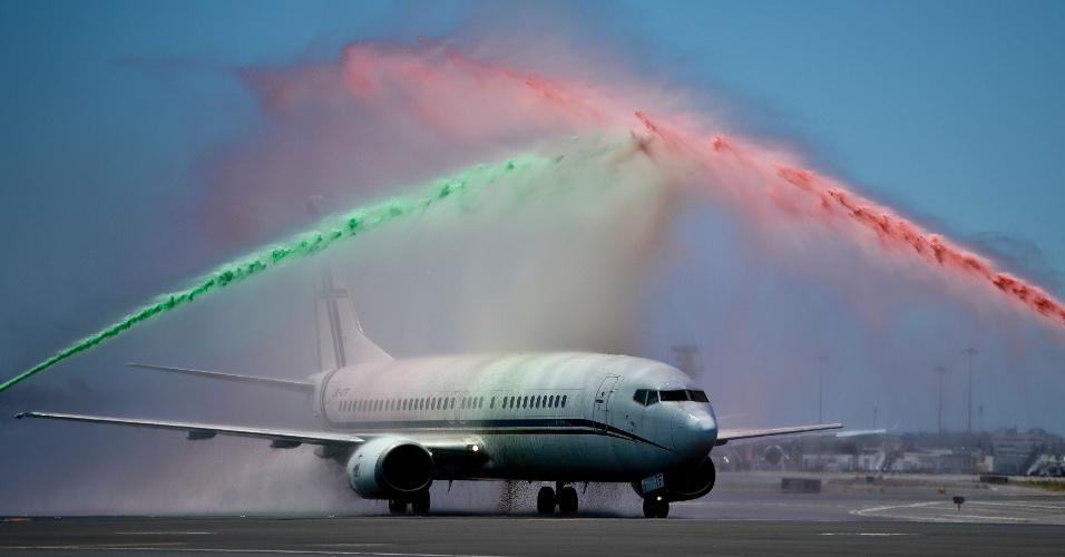 Avião com a delegação portuguesa chega a Lisboa e recebe um banho de verde e vermelho