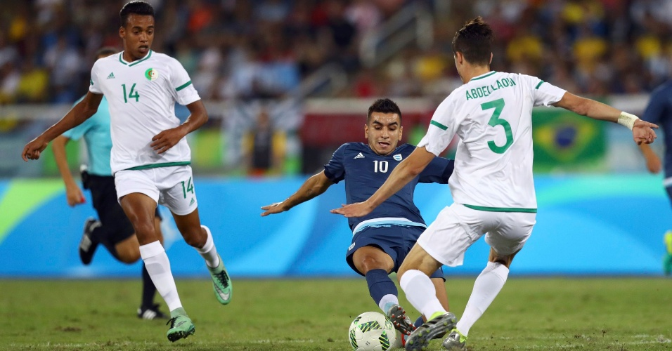 Angel Correa, da Argentina, e Ayoub Abdellaoui, da Argélia, na disputa pela bola