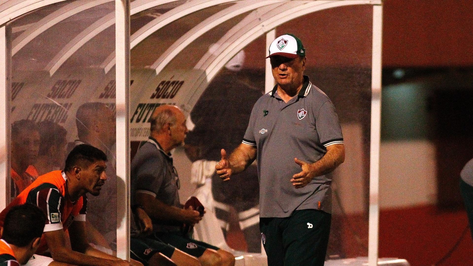Levir Culpi gesticula no duelo Fluminense x São Paulo