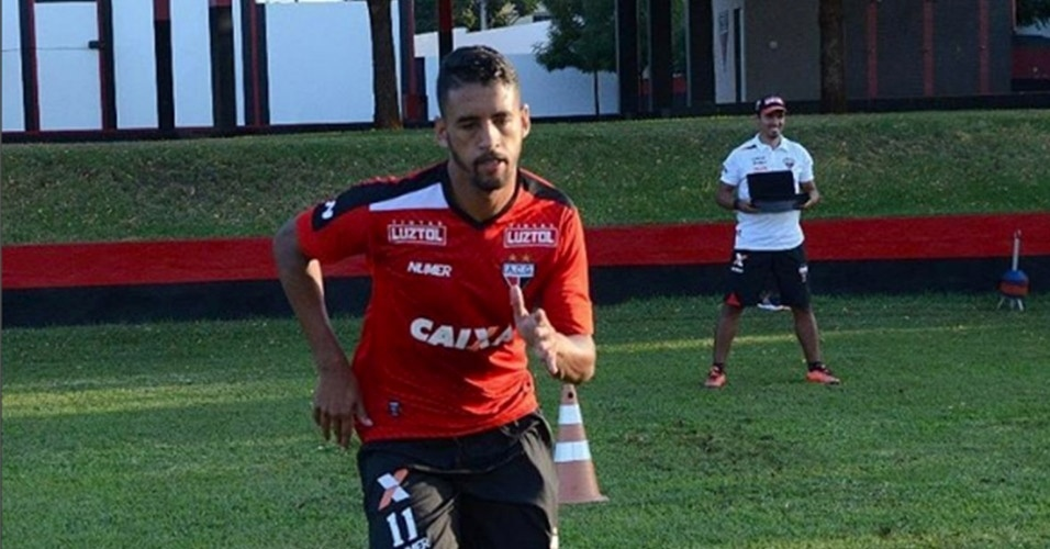 Michel, volante do Atlético-GO
