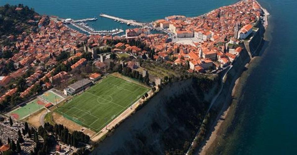 O estádio Pod Obzidjem, na Eslovênia, fica à beira de um precipício e tem muralhas atrás de um dos gols